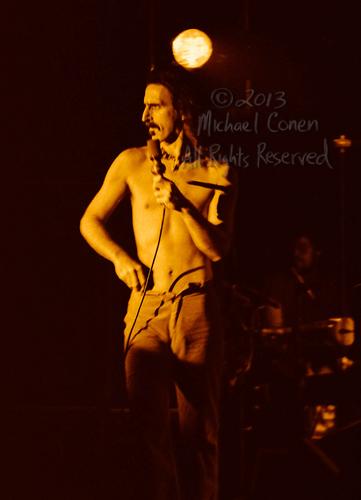 Michael Conen - [PROOF] Frank Zappa surveys the crowd bright [Fr