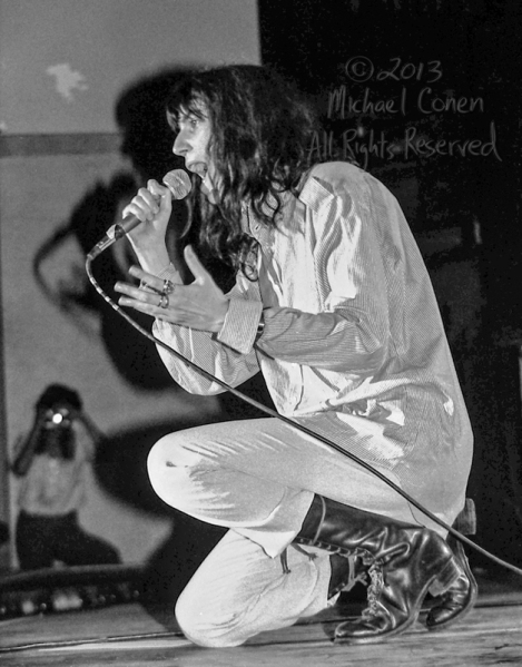 Michael Conen - [PROOF] Patti Smith on one knee singing LG [Patt