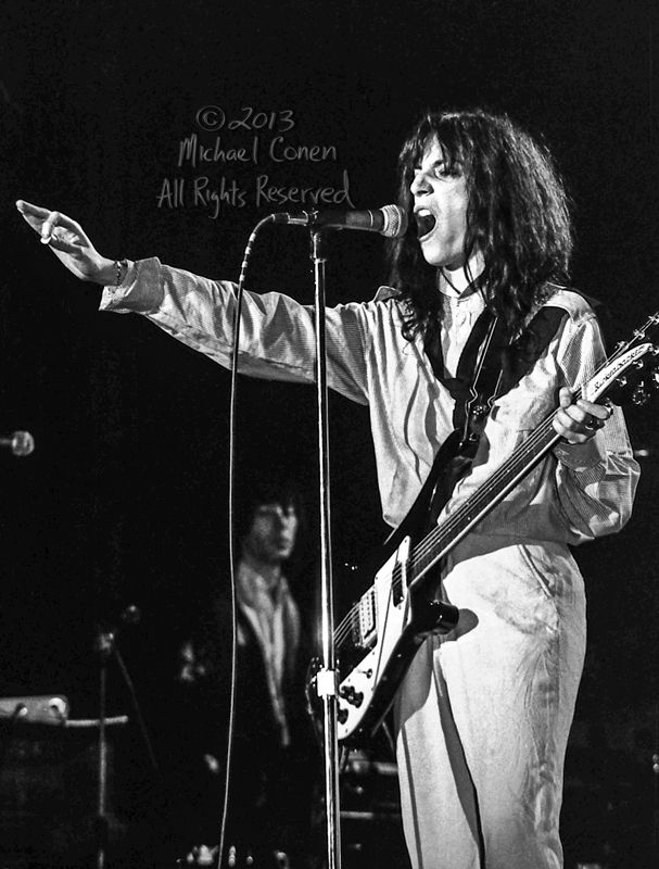 Michael Conen - [PROOF] Patti Smith points with pick and guitar