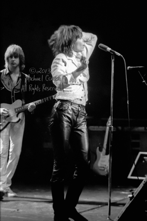 Michael Conen - [PROOF] Chrissie Hynde shimmies while James Hone